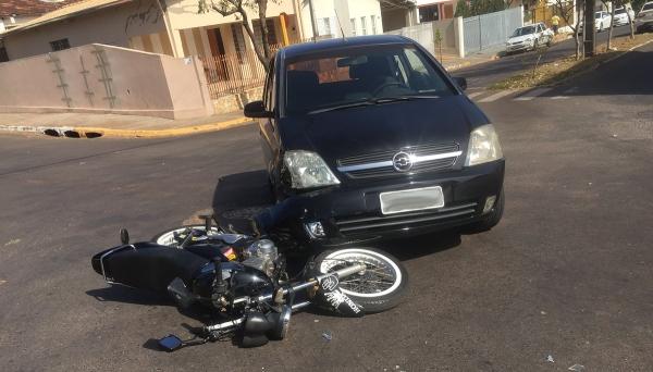 Carro e moto tiveram danos materiais, com a colisão (Foto: Siga Mais).