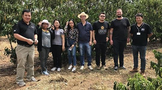 Phan Viet Hã (vice-diretor do WASI), outras duas pesquisadoras do mesmo instituto e a intérprete, com representantes do IAC, APTA e Treviolo, em Adamantina (Fotos: Siga Mais).