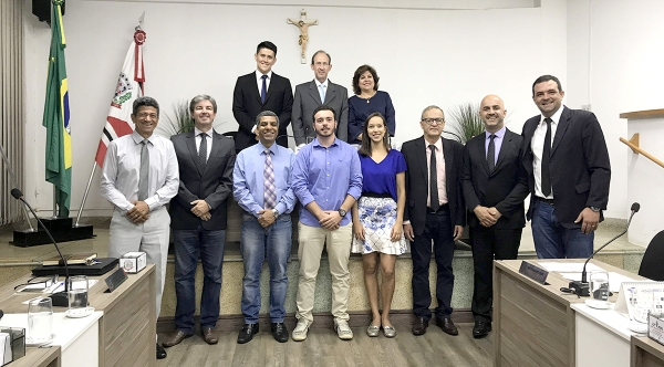 Os estudantes Bruno Cesar Doretto Macorini e Maria Eduarda Vilela Rodrigues da Cunha, homenageados pelos vereadores da Câmara Municipal de Adamantina (Foto: Da Assessoria).