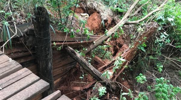 Contenção, em cabeceira de ponte, é danificada pelas chuvas, em Adamantina (Fotos: Siga Mais).