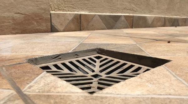 Ralos em quintais, que captam águas da chuva, não podem estar ligados à rede de esgoto, e sim devem conduzir essas águas para a guia/sarjeta, onde seguem para as galerias de águas pluviais (Foto: Siga Mais).
