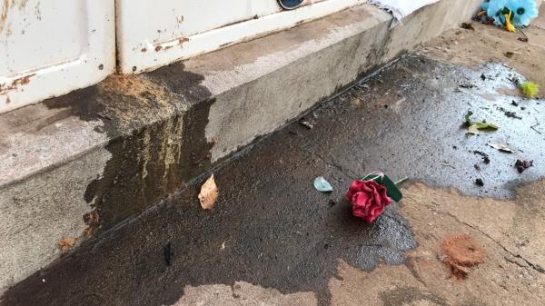 Líquido que vaza das gavetas de sepultamento seria necrochorume, composto por duas substâncias altamente tóxicas: a cadaverina e a putrescina, de alto risco ambiental e à saúde pública (Foto: Siga Mais/Em 23/08/2021).