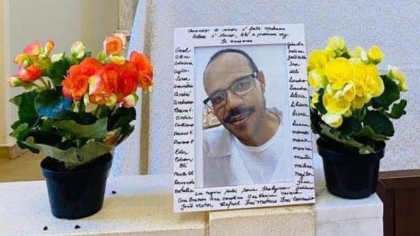 Porta-retrato com uma foto do enfermeiro Cláudio, nas homenagens realizadas por colegas da Santa Casa (Cedida).