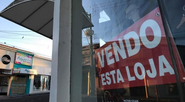Comércio de portas fechadas amarga prejuízos. Na cidade há registro de imóveis comerciais que foram desocupados. Na imagem, loja do centro de Adamantina à venda (Foto: Siga Mais).