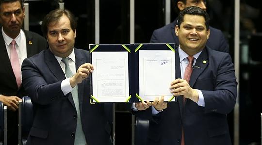 Solenidade de promulgação foi  presidida pelo presidente do Congresso, senador Davi Alcolumbre,  acompanhada pelo presidente da Câmara, Rodrigo Maia (Imagem: Marcelo Camargo/Agência Brasil).