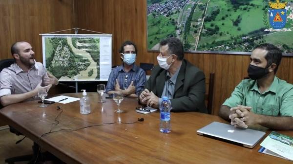Prefeito Carlos Ananias Junior, Fernando Morais e os especialistas no tema, Dr. Ferdinando Filleto e o engenheiro florestal Fábio (Reprodução).