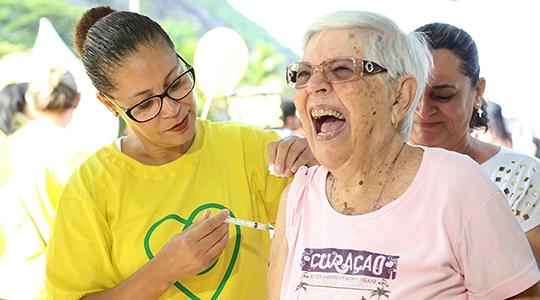 Entre os idosos de Adamantina, 3.740 foram vacinados, de um universo de 5.941 pessoas da terceira idade (Fotos: Agência Brasil).