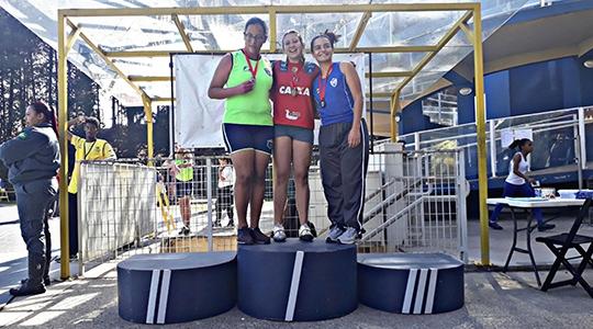 Atleta Júlia Barbosa tornou tricampeã paulista do lançamento de disco no Campeonato Paulista Caixa de Atletismo (Imagens: Acervo Pessoal).