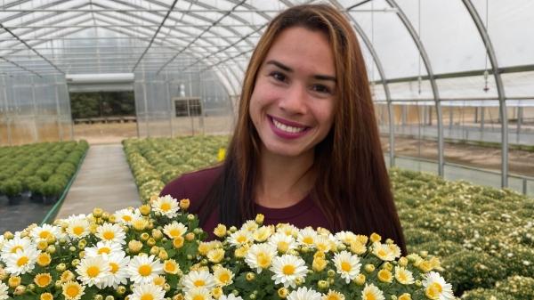 A ex-aluna de Agronomia da UniFAI, Jaqueline Boni, trabalha hoje na Bergens Nursery, na cidade de Park Rapids, no estado de Minnesota (região norte dos Estados Unidos), uma empresa especializada em produção de flores em vasos (Acervo Pessoal).