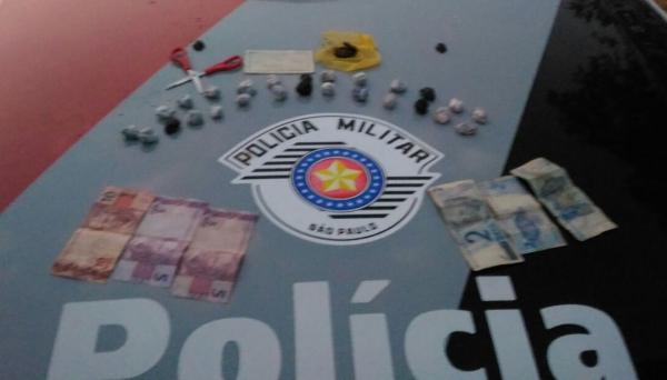 Droga apreendida foi apresentada pela Polícia Militar, junto com o adolescente, na Polícia Civil (Foto: Cedida).