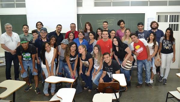 Alunos dos cursos de Design e Publicidade e Propaganda, professores e palestrante ao final da Jornada Acadêmica (Foto: Priscila Caldeira).