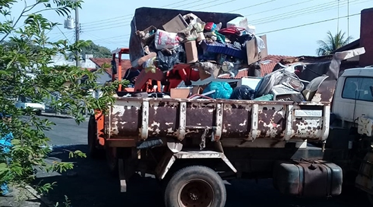 Foram retirados 15 caminhões carregados de lixo da casa do idoso (Fotos: Assessoria de Imprensa/PMOC).