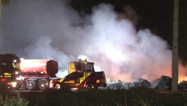 Bombeiros de Londrina trabalharam no combate às chamas, na empresa Couroada (Foto: Reprodução/Tarobá News).