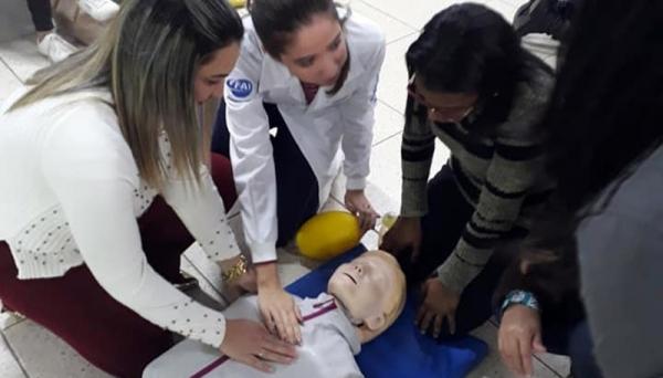 Projeto ?Educação em Saúde: Suporte Básico de Vida? é realizado por alunos do 7º termo de Medicina da UniFAI, integrantes da Liga de Urgência e Emergência (Fotos: Acervo Pessoal).