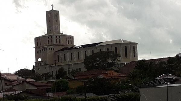 Parte do telhado da Igreja Matriz de Lucélia foi levada no temporal na tarde deste domingo (Reprodução: Site Clikar).