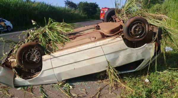 Carro capotou após pneu do veículo estourar, segundo relatou o motorista (Foto: Cedida/PM Rodoviária).