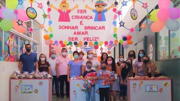 Alunos da rede municipal de ensino de Mariápolis recebem kits de presentes no Dia das Crianças (Fotos: Cedidas).
