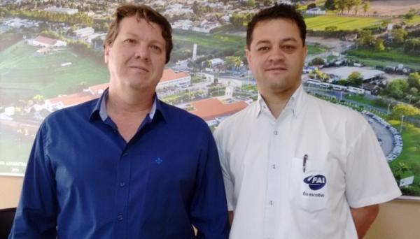 Engenheiro elétrico Marcelo Valente e o diretor geral Prof. Dr. Wendel Cleber Soares (Foto: Central de Comunicação da FAI).