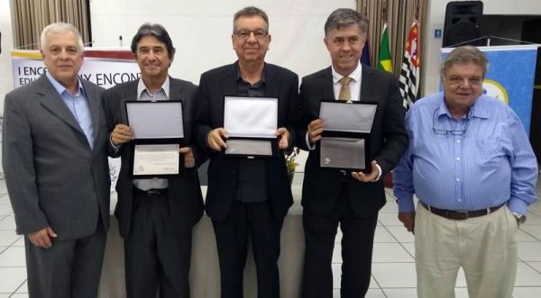 O Prof. Dr. Márcio Cardim (quarto, na foto), ex-diretor geral da antiga FAI, hoje UniFAI, foi homenageado pelos relevantes serviços prestados à AIMES-SP; além dele, também foram homenageados o Prof. Dr. José Rui Camargo, da UNITAU de Taubaté, e o Prof. Dr. Pedro Rocha Lemos, da Esef de Jundiaí (Foto: Acervo Pessoal).