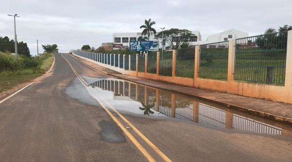 Água de chuva se acumula na via marginal Antônio Barberato, proximidades do trevo do campus