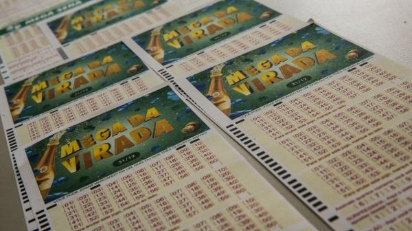 Na última Mega da Virada, quatro pessoas dividiram prêmio de mais de R$ 304 milhões (Foto: Marcello Casal Jr/Agência Brasil).