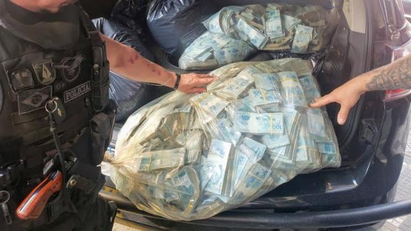 Parte do dinheiro encontrado nas buscas desta quinta-feira (1), durante o trabalho das equipes, na operação (Cedida/MPSP).
