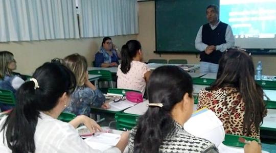 Professor Hélio José dos Santos, supervisor de ensino, apresenta informações sobre o programa Novotec à equipe da Escola Fleurides Cavalini Menechino (Acervo Pessoal).