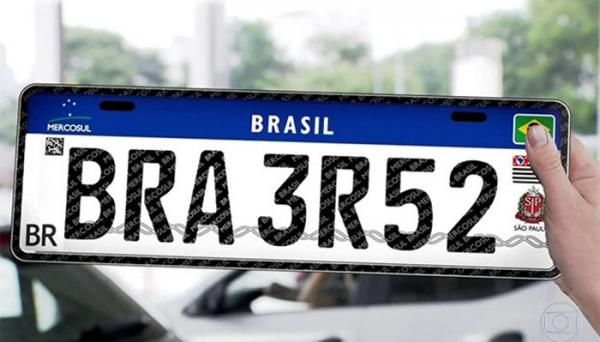 Nova placa segue padrão adotado em países do Mercosul e amplia recursos de segurança (Reprodução).
