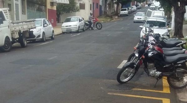 Rua Nove de Julho, em Marília, local do acidente, que posteriormente teve buracos tapados (Reprodução/Marília Notícia).