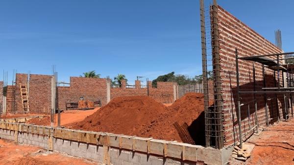 Uma das obras em andamento é na rua Osvaldo Cruz, esquina da Praça Élio Micheloni, onde está sendo erguida a nova agência do Sicredi, em Adamantina (Foto: Siga Mais).