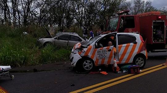 Acidente fez seis vítimas, sendo duas fatais: mulher e criança morreram na colisão frontal.  (Foto: Cedida/PM Rodoviária)
