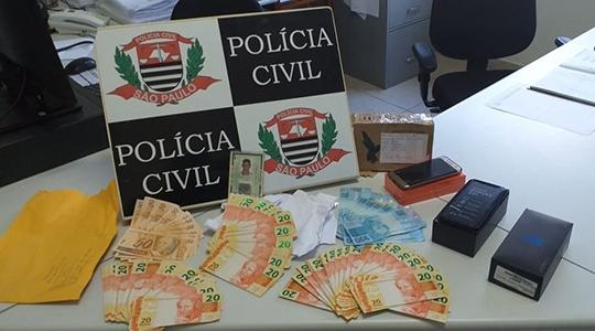 Dinheiro falso foi apreendido e celular recuperado. Homem foi preso pela Polícia Civil e apresentado à Polícia Federal (Foto: Cedida/Polícia Civil).