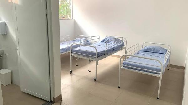 Um dos sete novos apartamentos na ala instalada com recursos recebidos do Ministério da Saúde (Foto: No Click com o Senhor).