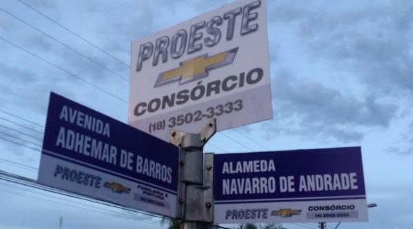 Proeste patrocina placas com identificação de nomes de ruas, em Adamantina (Fotos: Divulgação).
