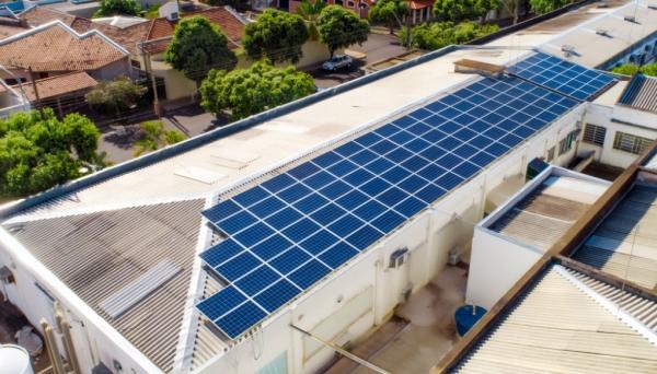 Santa Casa recebeu conjunto de placas fotovoltaicas (Foto: Divulgação/Energisa).