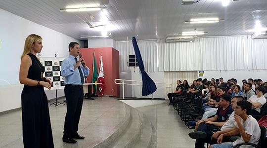 Delegados Laíza Fernanda Rigatto Andrade e Carlos Roberto Vasconcelos, em palestra com os estudantes (Foto: Cedida).