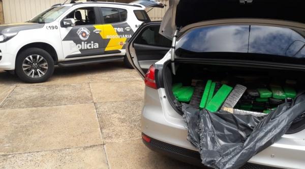 Policiais descobriram carga de maconha e skank em porta-malas de carro, em Parapuã. Veículo seguia para Minas Gerais com a droga (Foto: Cedida/PM Rodoviária).