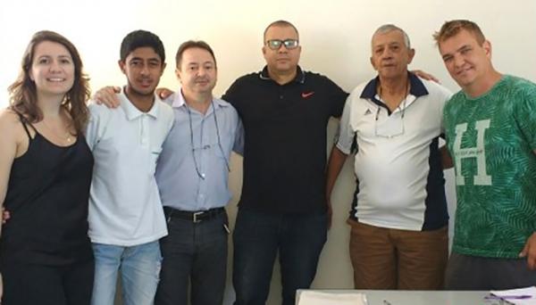 Representantes da Instituição Capaz e da Secretaria Municipal de Esportes de Adamantina (Foto: Da Assessoria).