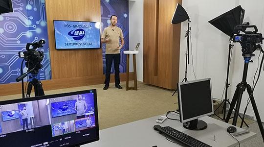 Coordenador da pós-graduação, Prof. Dr. Estêvão Zilioli, no estúdio de TV da UniFAI para produção de conteúdos virtuais (Foto: Priscila Caldeira).