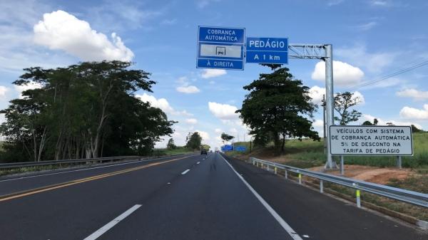 Na SP-294, em Lucélia, sinalização já orienta sobre a praça de pedágio, que em breve deve entrar em operação (Foto: Siga Mais).