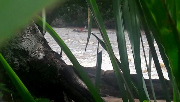 Trio é flagrado em embarcação, cerca de 20m da cachoeira do Salto Botelho, praticando pesca com tarrafa. Dois pescadores são conhecidos da Polícia Militar Ambiental e há suspeita que um terceiro pescador seja soldado da PM (Foto: Cedida/Polícia Ambiental).