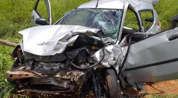 Um dos carros envolvidos no acidente, na estrada vicinal Rinópolis/Piacatu (Foto: Cedida/Corpo de Bombeiros).