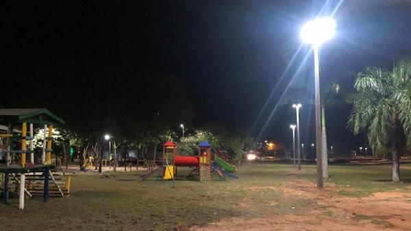 Iluminação da academia ao ar livre, do parquinho e da área esportiva que tem no local receberam iluminação por meio do convênio firmado com o Governo do Estado (Foto: Da Assessoria).