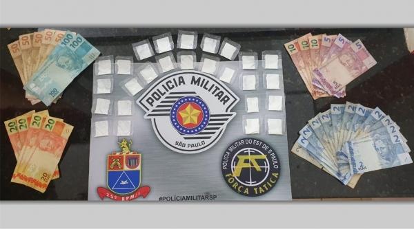 Droga e dinheiro apreendidos pela Força Tática da PM. Homem já conhecido dos meios policiais foi preso em flagrante (Cedida/PM).