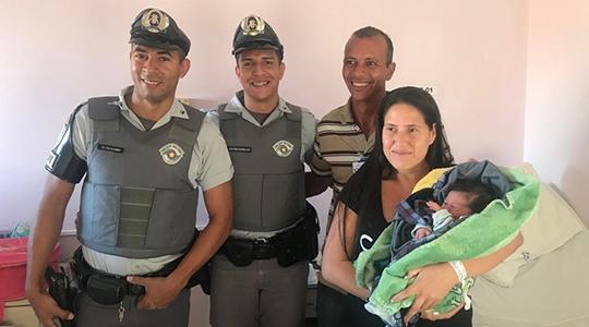 Cabos Kleber e Douglas visitam os pais e o pequeno Chrystian, que nasceu com a ajuda dos policiais rodoviários  (Fotos: Cedidas/PM Rodoviária).