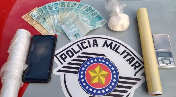 Droga, dinheiro e outros materiais apreendidos pela PM (Cedida/Polícia Militar).