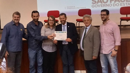 Emerson Baptiston, Willian Bachega e Nadine Silva recebem a qualificação para certificação do Programa Município VerdeAzul das mãos do Secretário Infraestrutura e Meio Ambiente do Estado de São Paulo, Marcos Penido (Da Assessoria).