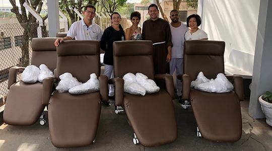Novas poltronas foram entregues à Hemodiálise da Santa Casa, para ampliar o conforto a pacientes (Foto: Cedida).