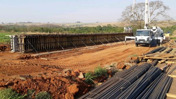 Segundo o DER, nova ponte no Km 348 terá extensão de 115 metros, guarda-corpos, barreiras de concreto e será construída em nível mais alto do que a antiga para evitar as constantes cheias que atingem o Rio Aguapeí (Divulgação/DER).