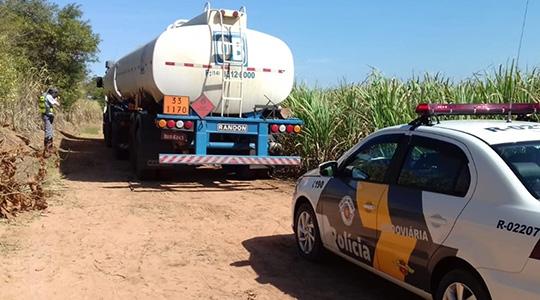 Caminhão com carga de combustível roubado foi localizado pela PM Rodoviária de Adamanina, porém vazio (Fotos: Cedidas/PM Rodoviária).